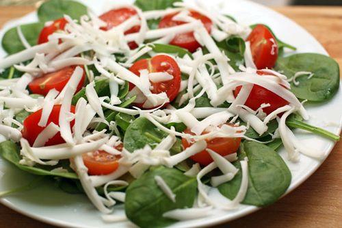 Как отпраздновать 23 февраля на работе - салат с овощами и шпинатом на скорую руку