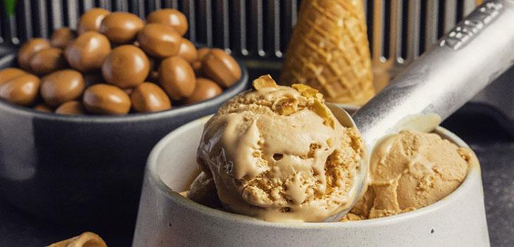 Рецепт восхитительного домашнего мороженого с карамелью