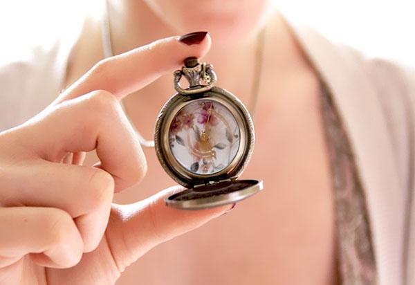 ТОП-3 худших подарков: почему не стоит дарить часы, картины и косметику