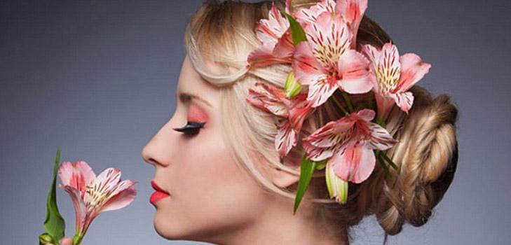 Праздничные прически с цветами: 20 самых красивых вариантов