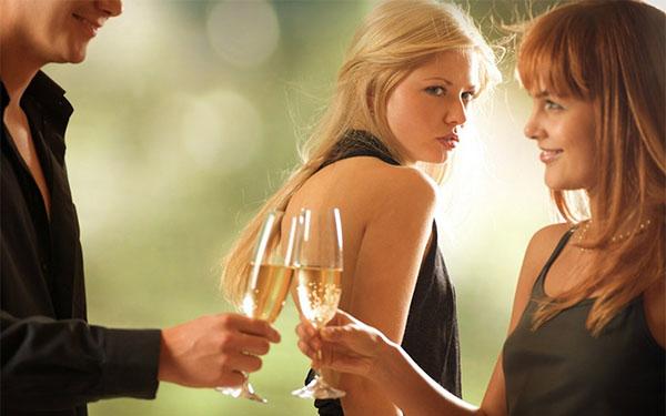 Зачем мужчина вызывает ревность у женщины