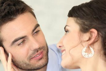 8 признаков того, что мужчина влюблен, но скрывает свои чувства