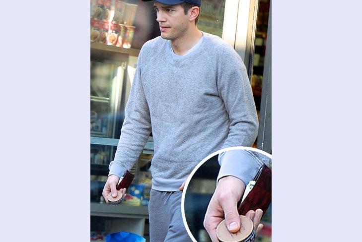 Эштон Катчер покупает жевательный табак