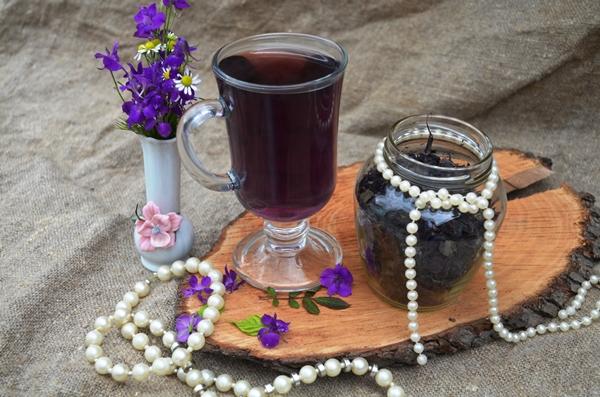 Ароматный домашний чай из черники и базилика