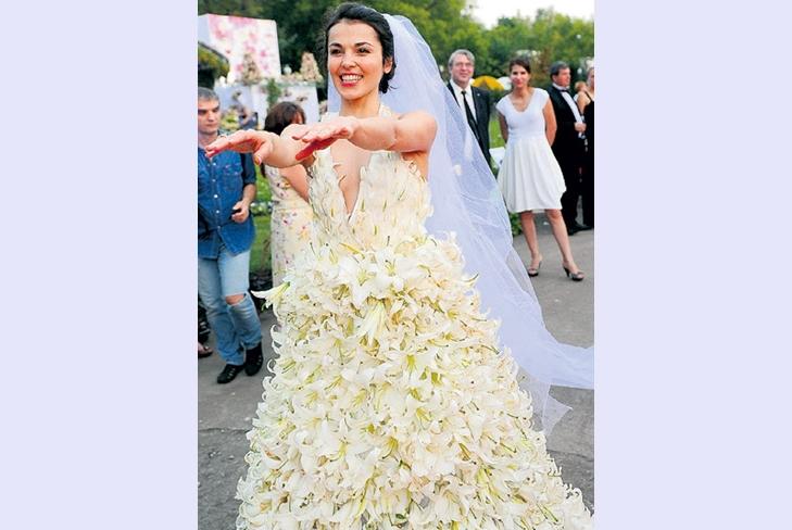 Сати Казанова удивила поклонников свадебным нарядом