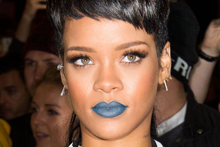 Прическа «маллет» и синяя помада – Рианна «отжигает» на вечеринке в Лондоне