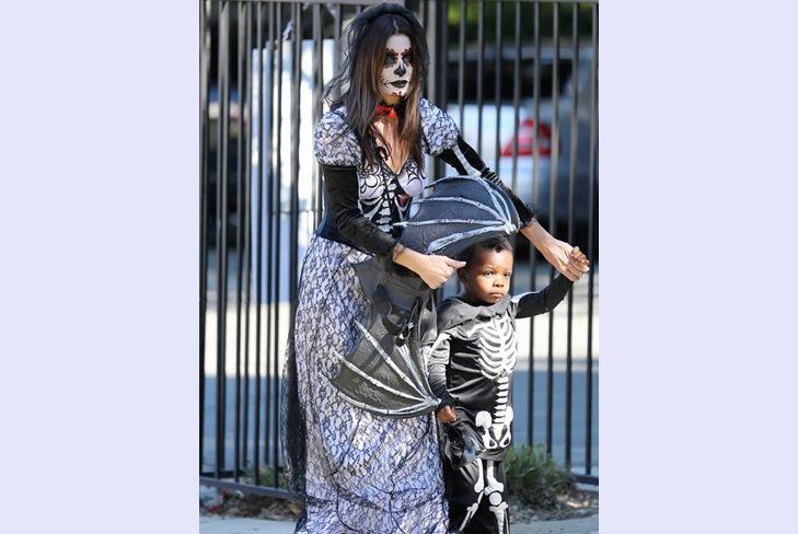 Сандра Буллок и ее сын Льюис уже начали праздновать Хэллоуин