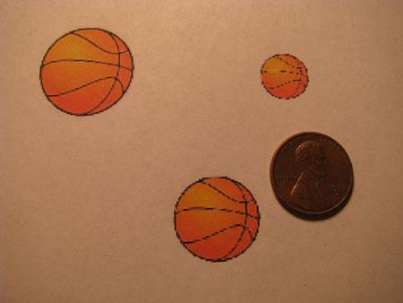 Положите согнутые скрепки на монеты