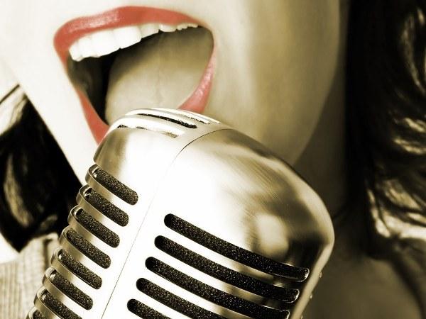 девушка у микрофона