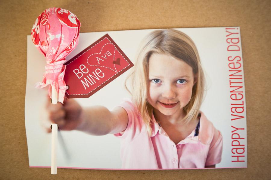 веселая девочка на открытке