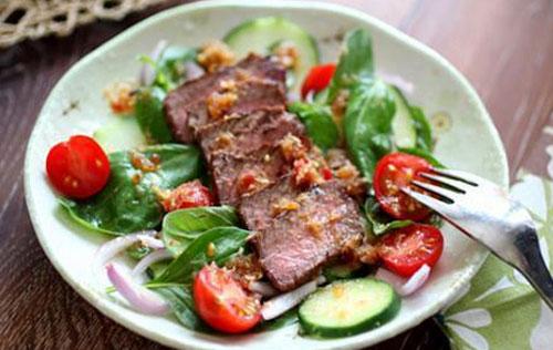 Салат с говядиной и базиликом