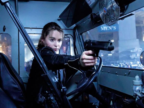 Эмилия Кларк и оружие