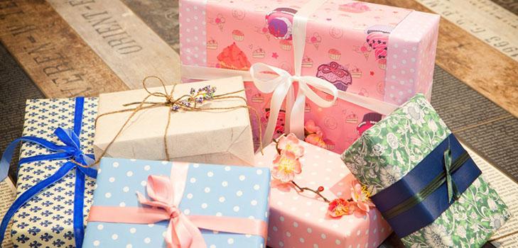kak-upakovat-podarok-v-podarochnuyu-bumagu-1 Как упаковать подарок в подарочную бумагу красиво и необычно: мастер-классы