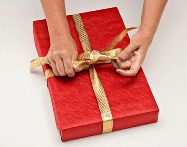 kak-upakovat-podarok-v-podarochnuyu-bumagu-10 Как упаковать подарок в подарочную бумагу красиво и необычно: мастер-классы