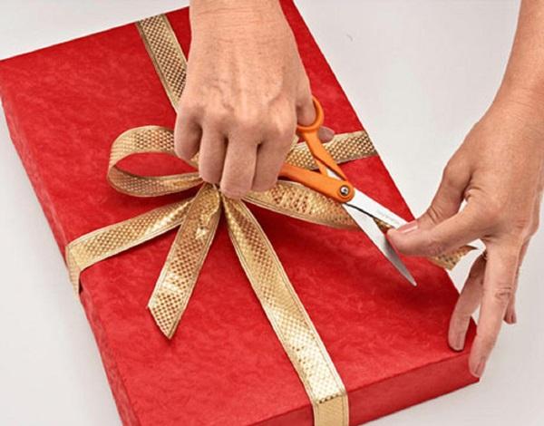 kak-upakovat-podarok-v-podarochnuyu-bumagu-11 Как упаковать подарок в подарочную бумагу красиво и необычно: мастер-классы