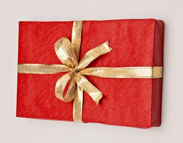 kak-upakovat-podarok-v-podarochnuyu-bumagu-12 Как упаковать подарок в подарочную бумагу красиво и необычно: мастер-классы
