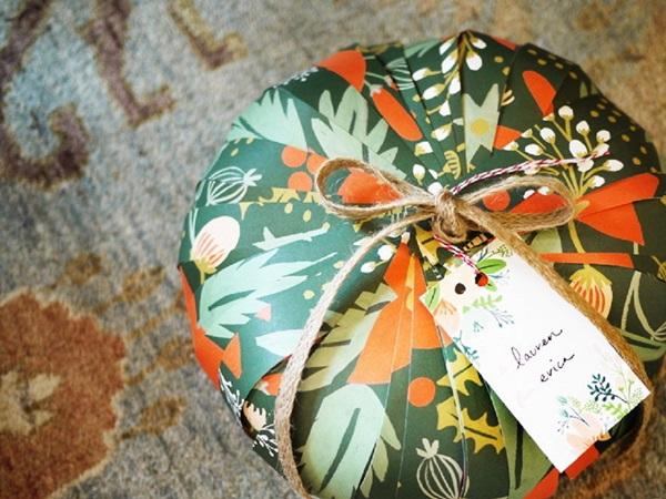 kak-upakovat-podarok-v-podarochnuyu-bumagu-17 Как упаковать подарок в подарочную бумагу красиво и необычно: мастер-классы