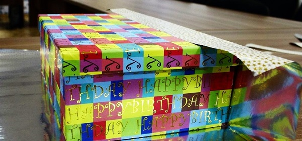 kak-upakovat-podarok-v-podarochnuyu-bumagu-20 Как упаковать подарок в подарочную бумагу красиво и необычно: мастер-классы