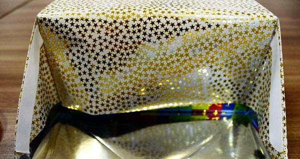 kak-upakovat-podarok-v-podarochnuyu-bumagu-23 Как упаковать подарок в подарочную бумагу красиво и необычно: мастер-классы