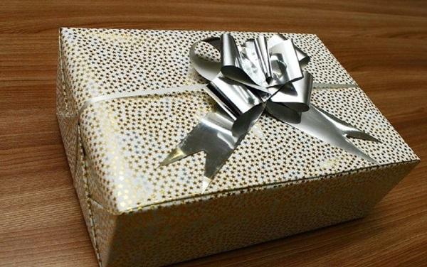 kak-upakovat-podarok-v-podarochnuyu-bumagu-27 Как упаковать подарок в подарочную бумагу красиво и необычно: мастер-классы