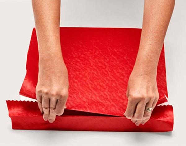 kak-upakovat-podarok-v-podarochnuyu-bumagu-4 Как упаковать подарок в подарочную бумагу красиво и необычно: мастер-классы