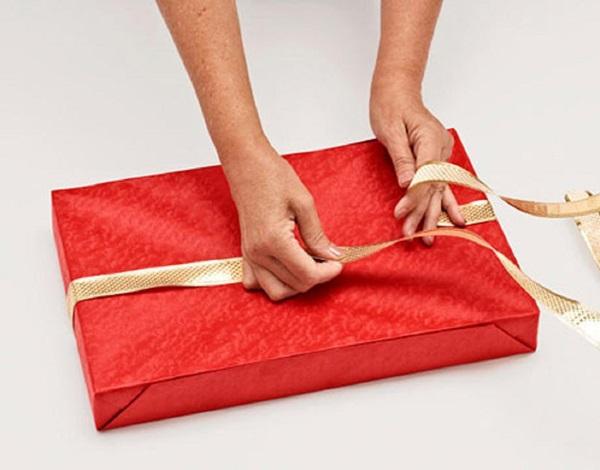 kak-upakovat-podarok-v-podarochnuyu-bumagu-8 Как упаковать подарок в подарочную бумагу красиво и необычно: мастер-классы