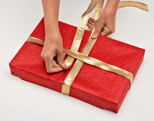 kak-upakovat-podarok-v-podarochnuyu-bumagu-9 Как упаковать подарок в подарочную бумагу красиво и необычно: мастер-классы