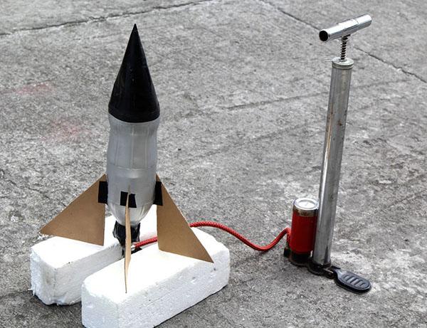 kak-sdelat-raketu-svoimi-rukami-32 Как сделать ракету своими руками из бумаги, картона, фольги, бутылки, спичек – схемы и модели. Как делать космическую ракету, которая летает — пошаговый мастер-класс