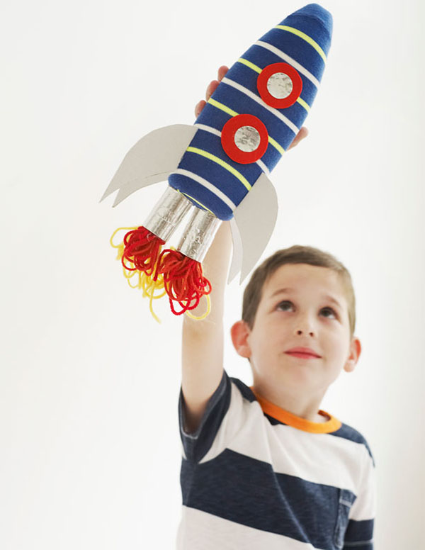 kak-sdelat-raketu-svoimi-rukami-7 Как сделать ракету своими руками из бумаги, картона, фольги, бутылки, спичек – схемы и модели. Как делать космическую ракету, которая летает — пошаговый мастер-класс