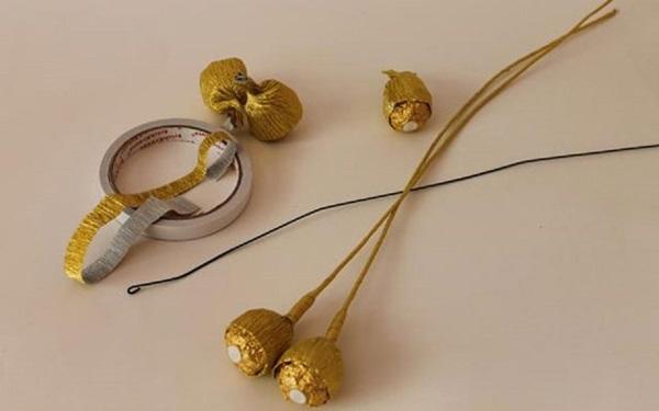 buket-iz-konfet-svoimi-rukami-dlya-mamy-3 Букет из конфет своими руками в мастер-классе с фото. Как сделать цветы из конфет самому