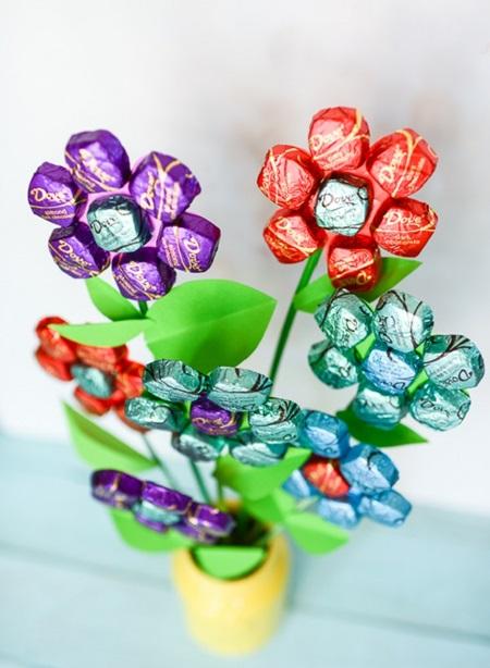 buket-iz-konfet-svoimi-rukami-dlya-nachinayutschih-6 Букет из конфет своими руками в мастер-классе с фото. Как сделать цветы из конфет самому