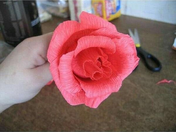 buket-iz-konfet-svoimi-rukami-rozy-7 Букет из конфет своими руками в мастер-классе с фото. Как сделать цветы из конфет самому