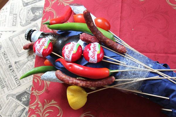 buket-dlya-muzhchin-svoimi-rukami-iz-piva-10 Как сделать пивной букет своими руками, пошагово. Букет пивной для мужчин фото, в кружке, в коробке, на 23 февраля