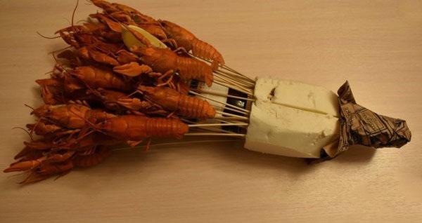 buket-dlya-muzhchin-svoimi-rukami-iz-piva-35 Как сделать пивной букет своими руками, пошагово. Букет пивной для мужчин фото, в кружке, в коробке, на 23 февраля