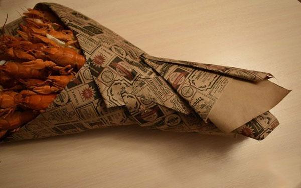buket-dlya-muzhchin-svoimi-rukami-iz-piva-44 Как сделать пивной букет своими руками, пошагово. Букет пивной для мужчин фото, в кружке, в коробке, на 23 февраля
