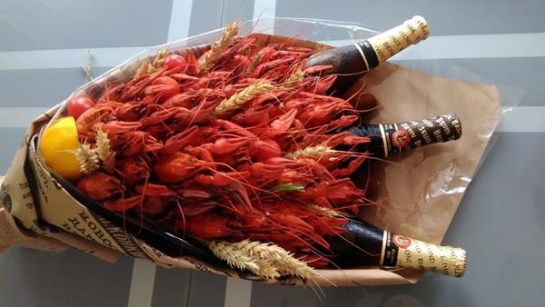 buket-dlya-muzhchin-svoimi-rukami-iz-piva-45 Как сделать пивной букет своими руками, пошагово. Букет пивной для мужчин фото, в кружке, в коробке, на 23 февраля
