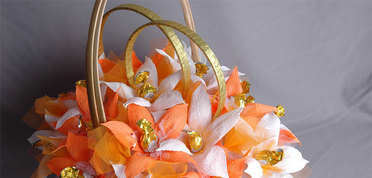 bukety-iz-konfet-svoimi-rukami-1 Как сделать букет из конфет своими руками для начинающих пошагово: мастер класс, фото. Букет из конфет и гофрированной бумаги, игрушек, цветов, в корзинке с розами и тюльпанами: композиции, фото